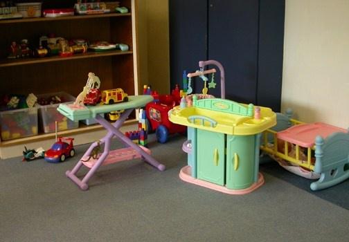 La cosa più importante per mantenere ordinata la cameretta è dare ai bambini un posto per mettere le loro cose. http://www.leonardo.tv/camerette-per-bambini/pulire-camera-dei-bambini