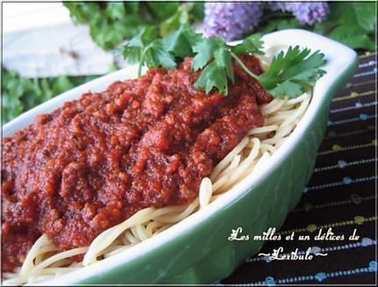 La meilleure recette de Sauce à spaghetti # 1 de Sukie! L'essayer, c'est l'adopter! 5.0/5 (4 votes), 6 Commentaires. Ingrédients: 1/2 tasse d'huile,5-6 branches de céleri tranché,4-5 carottes, 5-6 oignons moyens,1 piment vert, 1 piment rouge,6 gousses d'ail,3 livres de boeuf haché,2 livres de porc haché,5 boîtes de 6 onces chacune de pâte de tomate (moi toujours à l'ail de Hunt's),1 boite de V8 48 onces,4 boîtes de soupe aux tomates,2 boîtes de 28 onces chacune de tomate,1 bouteille de…