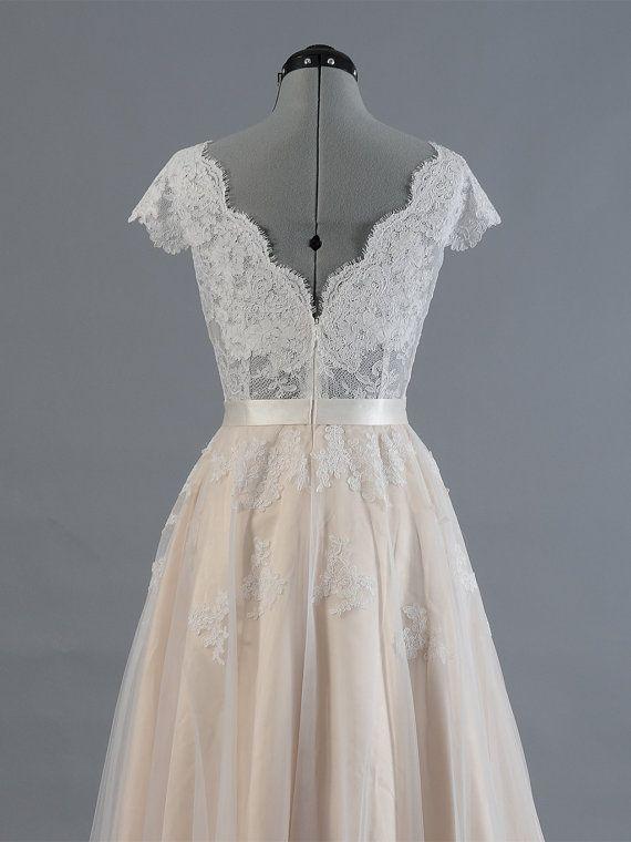Spitze Brautkleid, Hochzeit Kleid, Hochzeits Kleid, Kappe Hülse V-Rücken Alencon Spitze mit Tüll-Rock. Dieses Kleid ist jetzt auf den Verkauf und