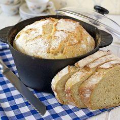 Knådfritt grytbröd där gjutjärnsgrytan gör brödet saftigt med en frasig yta.