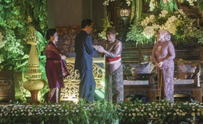 """Sabtu (30/12) malam, Presiden Joko Widodo membuat warga terkejut saat """"blusukan"""" di Jalan Malioboro, Yogyakarta meninjau geliat ekonomi masyarakat di Kota Gudeg."""