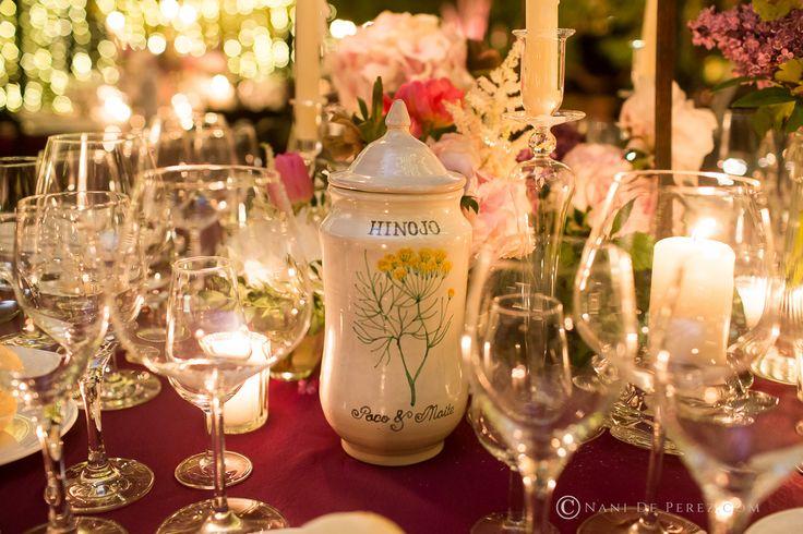 Mesero para la boda de los farmaceúticos Paco y Maite, realizado en albarelos de cerámica pintados a mano con diseños de Loveratory. La organización integral de la boda corrió a cargo de Sí!Quiero.  Foto: Nani de Pérez #mesero #meserosdeboda #meserosdeceramica #bodabotanica #bodafarmacia #bodas2017 #tendenciasdeboda #hinojo
