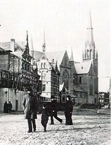 Omstreeks de eeuwwisseling bood de Van Vollenhovenstraat een rustige aanblik. Op de hoek van de Westzeedijk stond de rooms-katholieke Ignatiuskerk. De in 1892 ingewijde kerk werd in 1956 kathedraal van het bisdom Rotterdam. Kort daarvóór was de naam van de patroonheilige Sint Laurentius aan de kerk gegeven, zodat vanaf die tijd de kerk aan een tweetal heiligen was gewijd. In 1967 werd het gebouw gesloten.