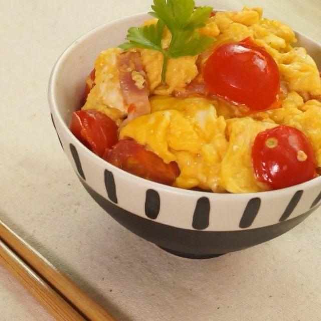 卵好きにはたまらない! 半熟卵を口全体で味わえる簡単レシピ! 食べやすい上に色味も鮮やかで食欲をそそります♡  材料 ・プチトマト  5個 ・卵  2個 ・ナンプラー  大さじ1 ・ベーコン  20g ・白米  1杯分 ・塩コショウ  適量 ・ごま油  大さじ1 ・刻みネギまたはカイワレ等(飾り)適量  手順 1. プチトマト5個のへたを取った後に半分に切る 2. 卵2個にナンプラーと塩コショウを加えて混ぜる 3.ごま油をしいて熱したフライパンに先ほどの卵を流し、半熟になったら別の器に移す (クルクル混ぜると卵がふんわりします!) 4.フライパンにベーコンと半分にしたプチトマトを入れお好みで塩コショウをふりかける 5.フライパンに卵を戻して混ぜ合わせたら、飾りと一緒にご飯の上にのせて完成!  作ったらぜひ #delishkitchentv をつけて教えてください♪  #おうちカフェ #ランチ #丼 #トマト #japanesefood #手抜 #とろける #たまご料理 #instafood #yum #foodporn