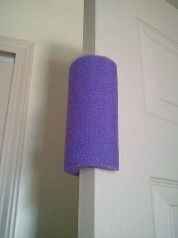Use macarrão de natação como protetor de porta