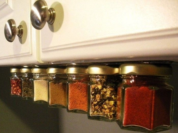 На кухонных полках или столе нет места для хранения специй или полезных мелочей? Задействуйте пространство под навесным кухонным шкафчиком, в гараже, на рабочем столе. Приклейте крышку от баночки со специей или другими полезными штуками к нижней панели шкафа или организуйте держатель из магнитов. Таким образом можно «подвесить» любое количество скляночек, которым не нашлось места.