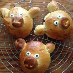 """Gefülltes Hefegebäck als kleine Schweinchen - Meine Tochter war eines der kleinen Schweine in dem Theaterstück """"Die drei kleinen Schweinchen"""", das sie in der Schule aufgeführt haben und ich hab diese kleinen Glücksschweinchen für sie gebacken. Witziges Hefegebäck, Schwein Essen lustig @ de.allrecipes.com"""