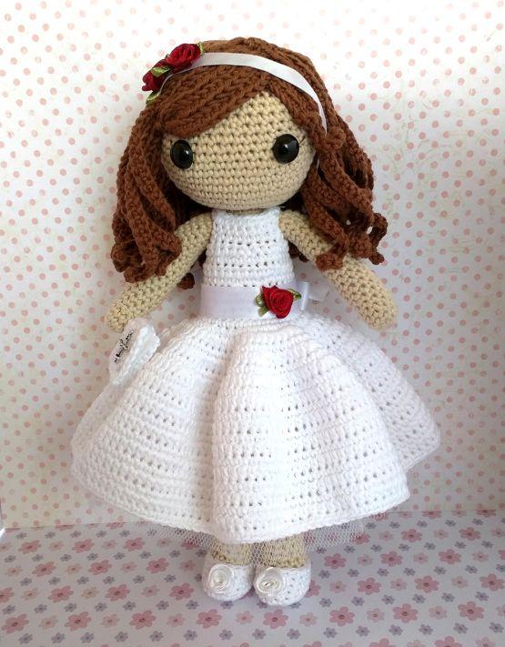 Hacer la comunión es especial y una preciosa muñeca como ésta es un regalo fantástico y único. Con su bonito vestido blanco con tul y lazo blanco adornado de una rosa roja, un librito de oraciones …