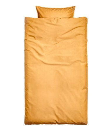 Mustard yellow. Duvet cover set in cotton fabric. One pillowcase. Thread count 144.