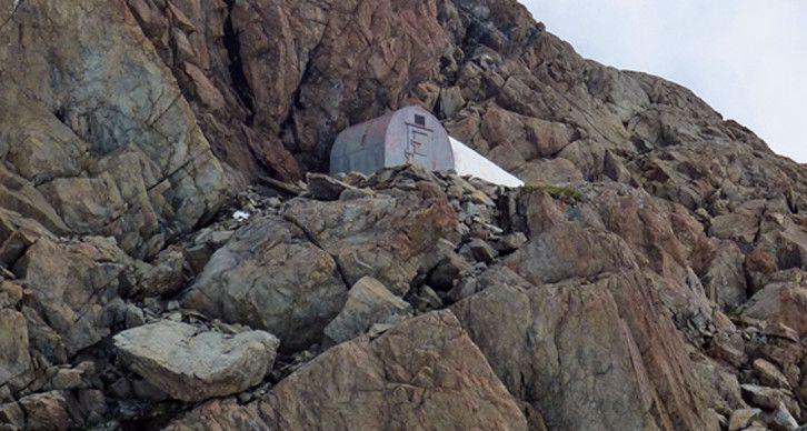 BIVACCO ANGELO TAVEGGIA - Sorge a 2845 m. su un isolotto roccioso alla base della cresta Est della Punta Kennedy, sul versante sinistro orografico del Ghiacciaio del Ventina