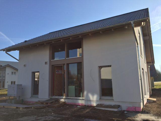 21. Dezember 2016 Das Gerüst ist abgebaut ... und offenbart einen tollen Anblick. #musterhaus #musterhausausstellung #kampa #haus #bauen #immobilien #ungerpark #bautagebuch #architektur #hausbau #fertighaus #effizienzhaus #energiesparen #energieplushaus #selbstversorger #erfurt #photovoltaik