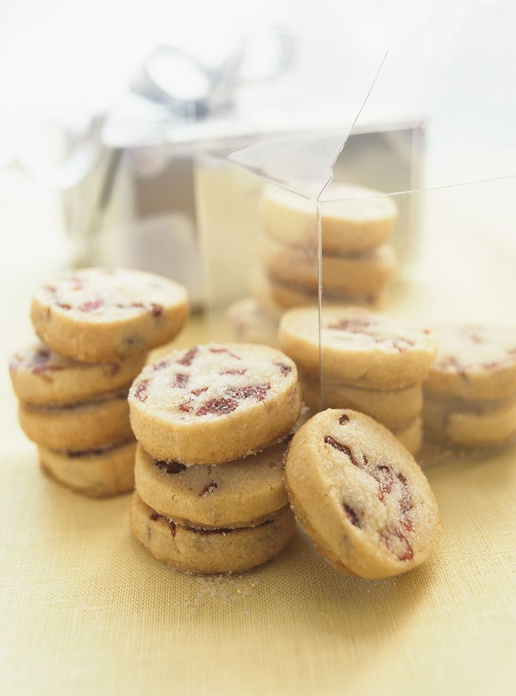 Recette de Ricardo de biscuits aux canneberges réfrigérateur. Ces biscuits aux canneberges du temps des fêtes sont faits d'une pâte qui se conserve afin de n'en cuire que quelques uns à la fois.