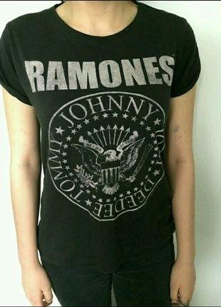 À vendre sur #vintedfrance ! http://www.vinted.fr/mode-femmes/hauts-and-t-shirts-t-shirts/21243562-t-shirt-ramones-noir-delave #ramones