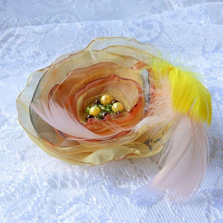 Cera Brož nebo spona do vlasů, zdobená perličkami a peříčky růžovými a žlutým. Průměr je 9 cm. Květ je přidělaný na univerzálním brožovém můstku, takže jej můžete použít jako sponu do vlasů, nebo jako brož. Jako bonus ke každé květině dostanete zdarma skládanou origami krabičku. Toto zboží je zařazeno do akce klubu Pomocná tlapka Zlatokopek. Další výrobky ...