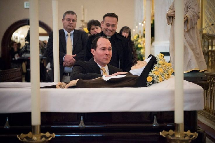 Raymond Arroyo of EWTN at the casket of Mother Angelica