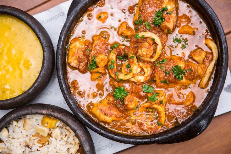 Garoupa à Marineira    Lombo de garoupa ou badejo ao molho de frutos do mar, vinho branco, tomate e ervas frescas, acompanhado de bobó e arroz de castanhas. (serve duas pessoas)