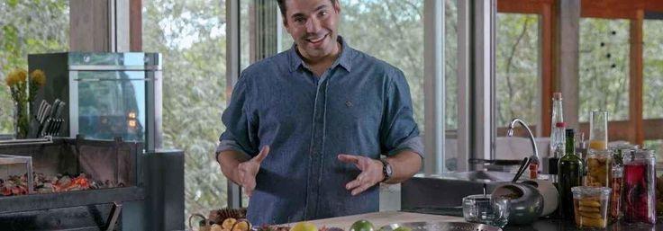 Felipe Bronze prepara pasta de pimenta, marinada para barriga de porco e carne bananinha, kimchi de acelga, nabo, camarão seco e molho de peixe, e arroz frito. Pra finalizar, ovo de codorna.