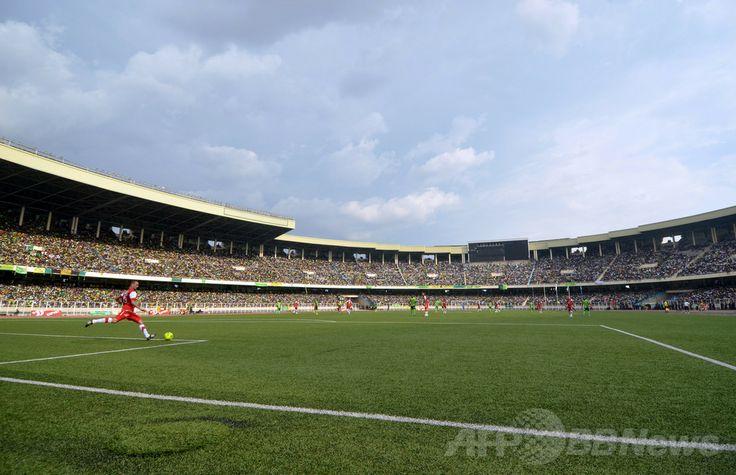 アフリカ中部コンゴ(旧ザイール)の首都キンシャサ(Kinshasa)のサッカースタジアム(2012年4月8日撮影、資料写真)。(c)AFP/JUNIOR D. KANNAH ▼12May2014AFP|サッカー試合で観客乱闘、15人死亡 コンゴ http://www.afpbb.com/articles/-/3014673 #Kinshasa #DR_Congo