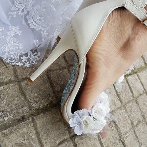 Χειροποίητο νυφικό πέδιλο stories for queens στολισμένο με άνθη και κρύσταλλα στο χέρι  http://handmadecollectionqueens.com/νυφικα-πεδιλα-με-χειροποιητα-ανθη-και-κρυσταλλα  #handmade #fashion #bridal #sandal #heel #footwear #summer #spring #storiesforqueens #πεδιλο #χειροποιητο #υποδηματα  #νυφικο