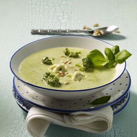 Broccolicremesuppe mit Tortellini und Pinienkernen