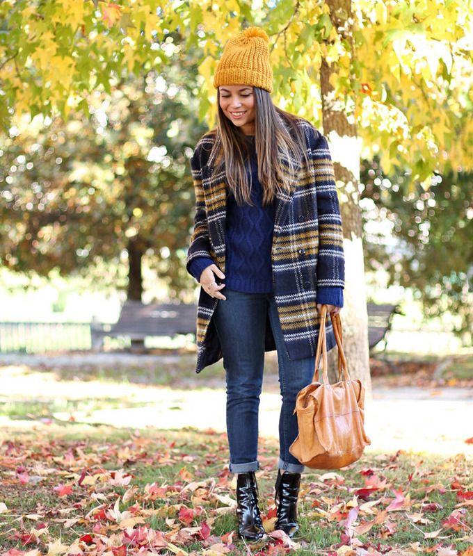 Un mix muy otoñal para el frío con gorro mostaza, jeans y botines.