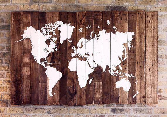 Carte du monde sur bois fait de bois de palette récuperées. NOTES: - fait avec des planches de palettes récuperées - La carte est peinte en