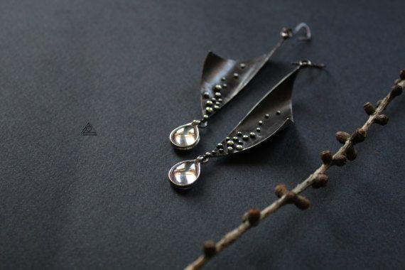 Ohrringe mit Zirkone in Tiffany-Technik. Lange Ohrringe.