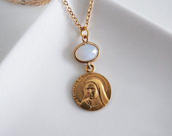 Collier pendentif médaille française Sainte Thérèse de Lisieux // par exvotodei    #médaille #medaille #holy #spirit #medal #sainte #therese #thérèse #de #lisieux #icon #jesus #mary #virgin #vierge #marie #jésus #christ #collier #bijoux #ex #voto #exvoto #fleurs #rose #roses #médaillon #medallion #necklace #jewelry #bijou #bijoux #religieux #religious #saint #our #lady #notre #dame #icone #icône #chapelet #rosary #rosaire #croix #cross #cristal #gold #pendant