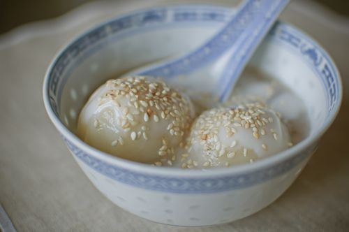 che troi nuoc vietnamesee sticky rice dumplings with mung bean paste in ginger & coconut sauce