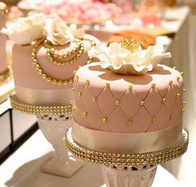 http://www.lapequetita.com.br/2015/05/mini-bolos-decorados-vintage.html