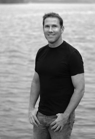Nicholas Sparks... writes amazing heartfelt novels