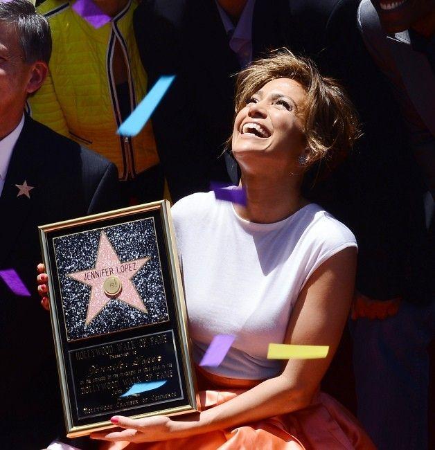 #JenniferLopez décroche son étoile sur le célèbre #WalkofFame d'Hollywood ! J.Lo est plus rayonnante que jamais dans cette robe bicolore signée #Dior.  Depuis le Bronx, la bomba latina aura fait du chemin … Lire l'article ☆ Jennifer Lopez from the block ☆ : http://www.livecoiffure.com/fr/posts/22330-j-lo-from-the-block-3