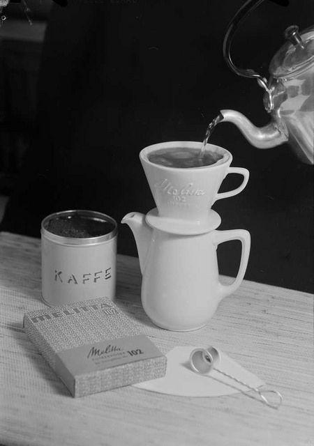 I 1908 oppfant husmoren Melitta Bentz det første kaffefilteret. Vi har ikke noen tidfesting på dette reklamefotografiet for filterne, men utviklingen hadde gått litt videre, i 1937 kom man fram til den koniske formen på kaffefilteret som fortsatt er vanlig i dag. Bildet er tatt av Teigens Fotoatelier.