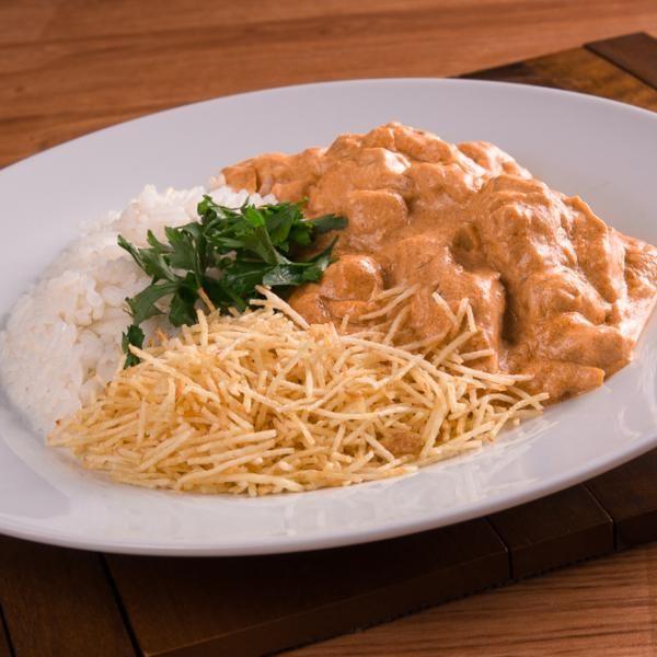 Strogonoff de Frango Simples - corte o frango em cubinhos.  Em uma panela, coloque o óleo, a cebola e espere dourar.  Depois coloque o frango o tablete de c...