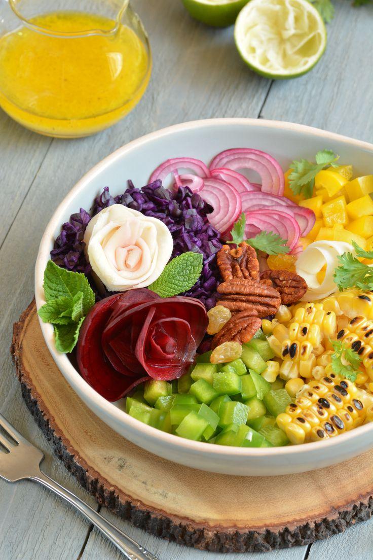 Geblakerde verse maïs, warme gekruide pecannoten, heel veel rauwe groenten en een frisse limoendressing - dat is een grote kom gezonde verwennerij.