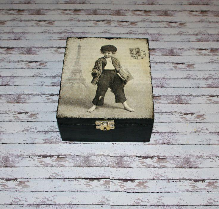 Čajová+retro+krabička+z+Paříže+Dřevěná+krabička+na+čaj+(či+cokoliv+jiného+-+4+vyndávací+přihrádky)+o+rozměrech+cca+18x15+cm+a+výšce+7,5+cm.+Krabička+je+natřena+akrylovými+barvami,+ozdobená+technikou+decoupage,+lehce+patinovaná+adoplněná+zápínáním.+Následně+přetřena+lakem+s+atestem+na+hračky.+Uvnitř+nechána+přírodní.