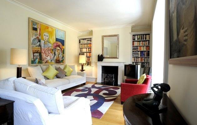 http://id.she.yahoo.com: Mendekorasi rumah : Pasang Lukisan super besar di ruang keluarga pilih warna mencolok seperti kartun,boleh juga foto keluarga dalam pose pose lucu