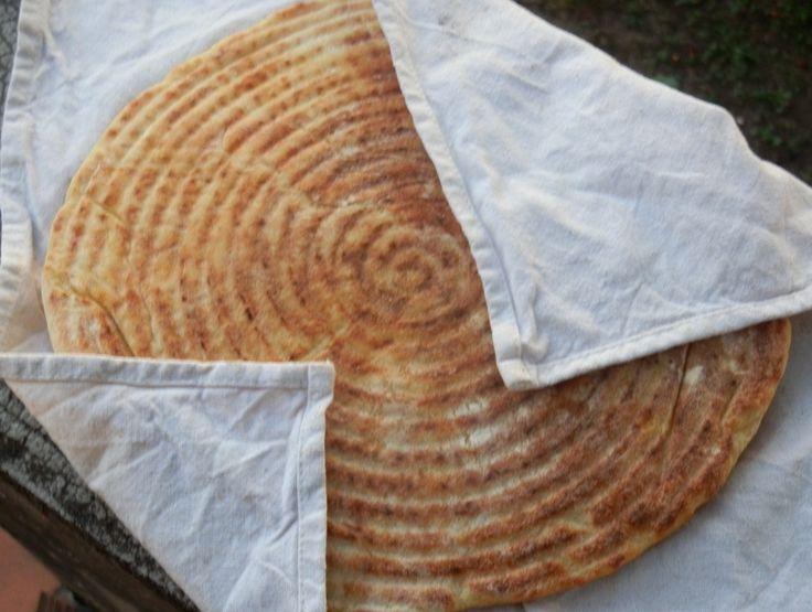 je me suis lancée dans la préparation du pain maison , et ma foi je suis plutôt satisfaite du résultat )) j'ai trouvé la recette sur le superbe blog Les Délices de Myriam qui elle à très bien expliqué la recette pas à pas . Pour 3 pains moyens ou 4 pains...