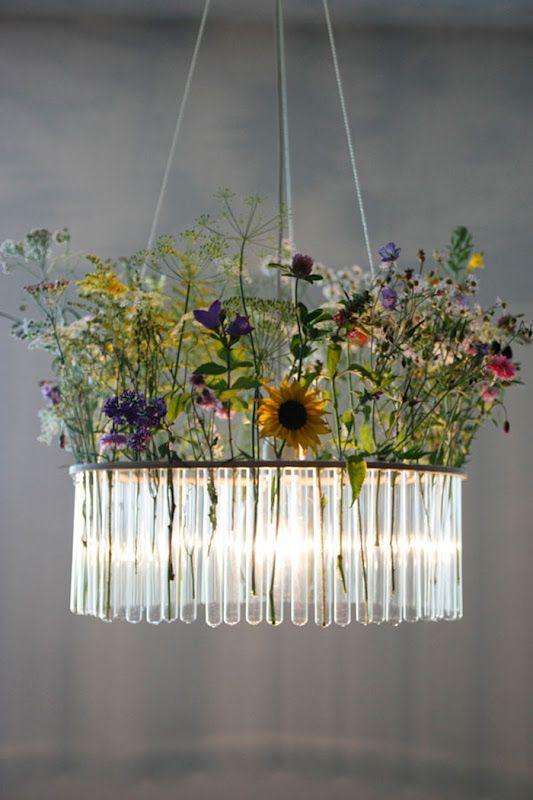 Häftigt sätt att sammanfläta en lampa med blomstrande dekorationer. Den här lampan består av små provrör fyllda med vatten och blommor.