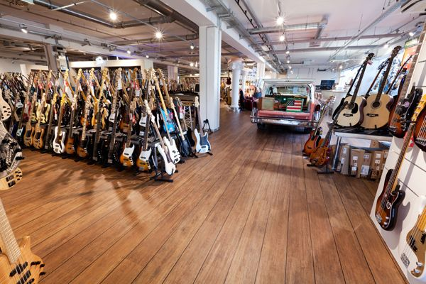 Als mijn droom van beroemde artiest of mijn eigen gitaarmerk op de markt niet uitkomt is er altijd nog een andere keuze: een eigen muziekwinkel openen.