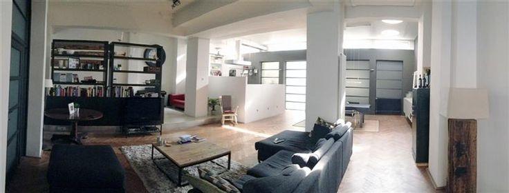 Kantoorruimte van ca. 235m² te huur  - 2100€ - Duboisstraat 2000 Antwerpen 20, 2000 ANTWERPEN 2000 - Prachtige polyvalente kantoorruimte/ showroom van circa 235m² gelegen op de gelijkvloerse verdieping te huur.  Deze polyvalente ruimte met industriële look heeft een aparte inkomhal, grote open ruimte/werkplek met volledig geïnstalleerde keuken, achteraan zijn nog twee kamers gelegen die kunnen afgesloten worden met grote schuifdeuren.  Via een spiltrap is er nog een ruimte beneden voorzien…