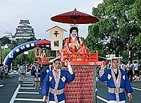 """O """"Festival do Castelo de Himeji"""". No inicio de agosto acontece o mais importante festival de verão em Himeji. Ela começa com """"Takigi-Noh"""", uma peça realizada enquanto acompanhada pela fogueira na noite. A performance, com o Castelo de Himeji iluminado no fundo,cheia de elegância e calma. No dia seguinte, a """"Rainha do Castelo de Himeji"""" é seguida por bandas e pessoas em trajes históricos usados tradicionalmente para o casamento da princesa. Grupos de dança e música, são o destaque do…"""