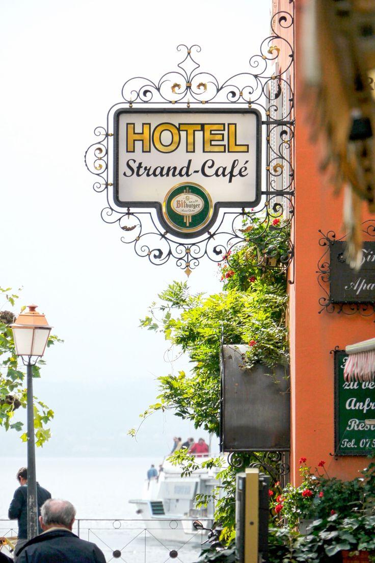 Meersburg Hotel Strand-Café • Wer ein paar Tage Urlaub in Meersburg machen möchte, sollte sich mal das Hotel Stand Cafe anschauen. Gute Betten, ruhige Zimmer, an der Seppromenade von Meersburg. Und im Cafe dann den herrlichen Apfelstrudel mit Sahne, oder Vanille-Eis. Die Terrasse bietet im Sommer einen herrlichen Blick auf den Bodensee.