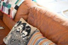 革張りのソファーとビートルズのクッション ずんと沈み混んで体を包んでくれます リラックス  #インテリア #末永ハウジング #ビートルズ #革張り #ソファー  tags[福岡県]