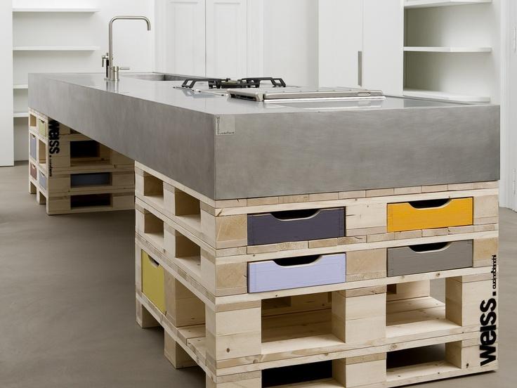 Mueble de cocina sobre pallets. Salone Internazionale del Mobile 2012 Milano Italy