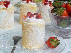 Rotolini con fragole e crema allo yogurt, dolce goloso facile da fare.Soffici rotolini farciti con una crema delicata e pezzetti di fragole.Dolce di fragole