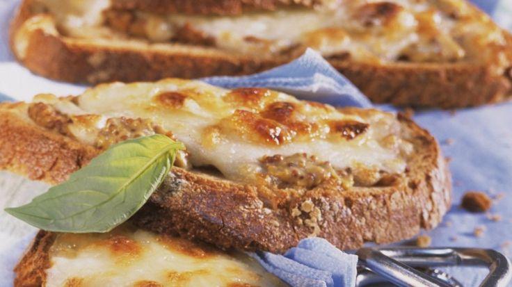 Voller Geschmack mit nur wenig Zutaten: Käsebrote vom Grill | http://eatsmarter.de/rezepte/kaesebrote-vom-grill