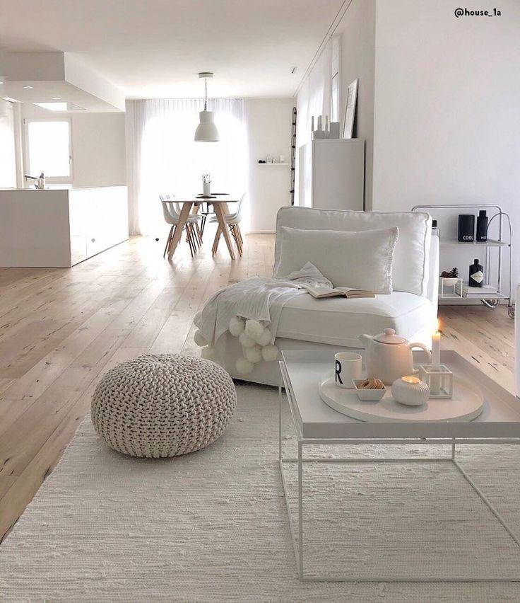 White Living! Der Handgefertigter Strickpouf Dori ist die perfekte Wahl, um es sich im heimischen Wohnzimmer behaglich zu machen. Einfach perfekt!📷:@house_1a // Wohnzimmer Weiss White Deko Dekoration Pouf Strickpouf Couchtisch Beistelltisch Teppich Plaid Holz Modern Minimal Kerzen Skandinavisch Esszimmer Ideen Einrichten #Wohnzimmer #Wohnzimmerideen #White #Weiss #Skandinavisch #Teppich #Beistelltisch
