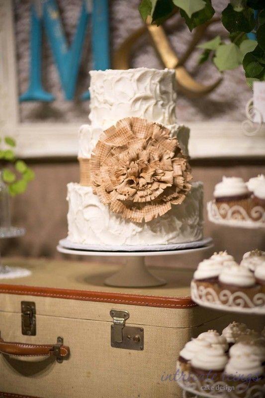 Witte bruidstaart met een grote burlap bloem