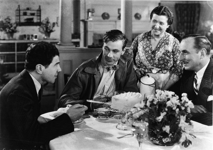 Gary Cooper, Douglass Dumbrille, Emma Dunn, and Lionel Stander in O Galante Mr. Deeds (1936)